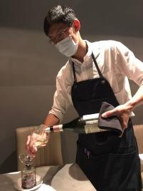 《Domani 義式餐廳》侍酒師以專業輔佐白袍採訪。