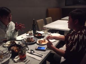 白袍大哥與克拉大採訪過程側拍。